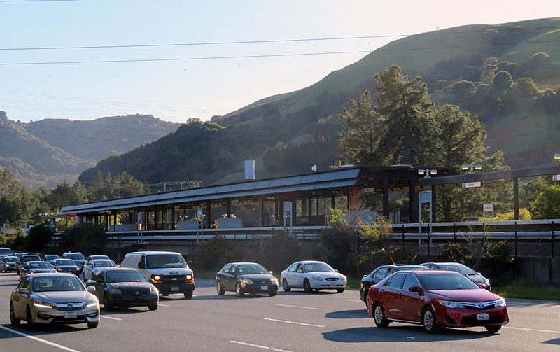 800px-Orinda_station_and_CA-24_eastound_traffic,_March_2018.jpg