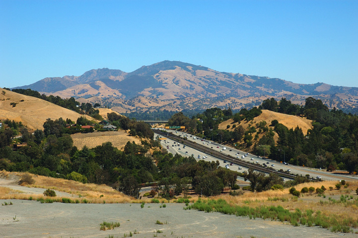 View_of_Mount_Diablo_and_CA_Highway_24_from_Lafayette_Heights.jpg